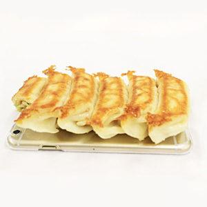 Hamee×宇都宮餃子のiPhoneケース。餃子協同組合の「宇都宮餃子会」さんと人気スマホケース「iFace」のブランドHameeTVとの共同プロデュースという餃子のプロお墨付き!とてもリアルなこちらは食品サンプルを使ったスマホケース!