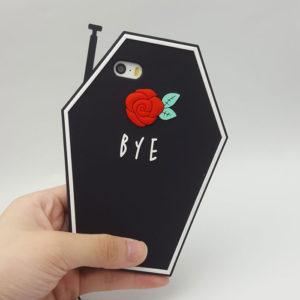 Maison de M「Retro Rose iphone cases」のiPhoneケース。棺おけ型。シリコン製。