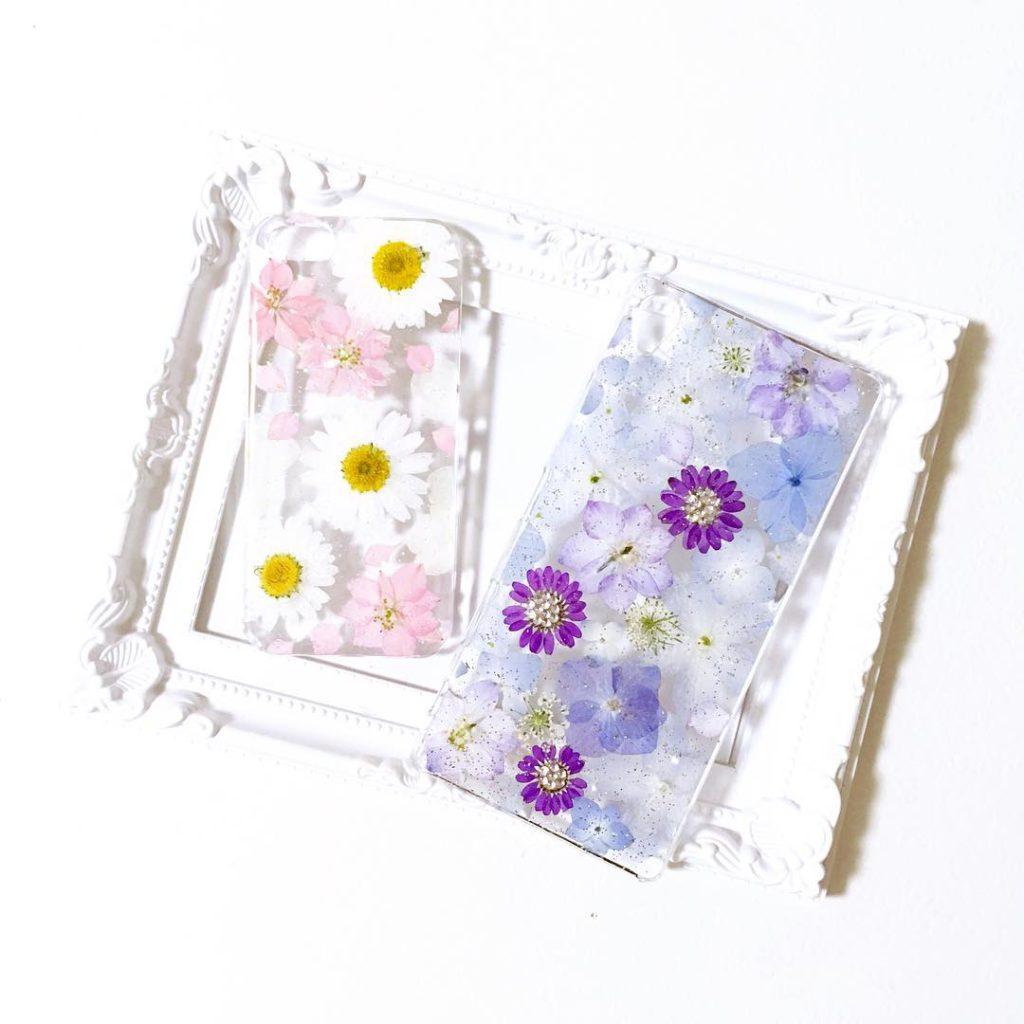 UVレジンを使用します。 これによってまるで押し花をしたかのようなスマホケースが出来上がります。