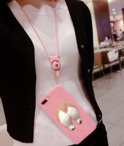 Guo DuoのiPhoneケース。コーギー種の犬が下半身を露出させ壁(スマホケース)から突き出しているケース